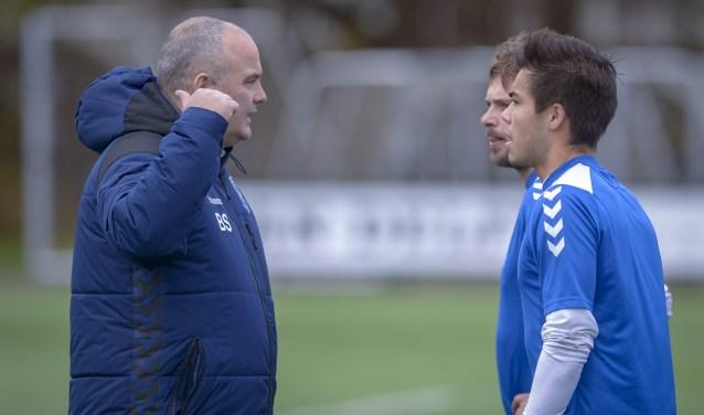 Ben Spork geeft instructies aan twee van zijn spelers. (Foto: Wijntjesfotografie.nl)