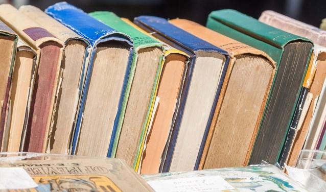 Snuffel tussen de afgeschreven boeken.