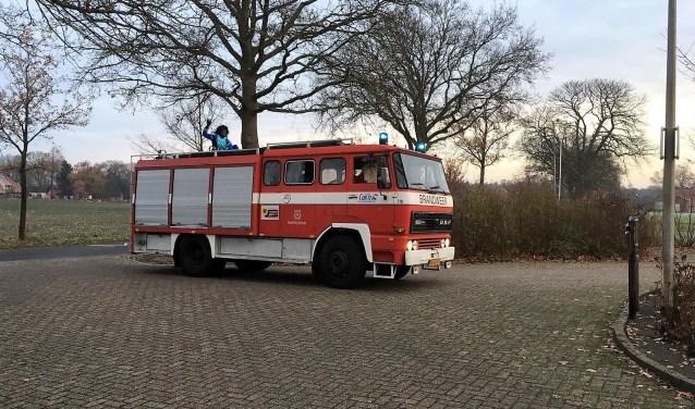 De brandweerwagen van het Rijssens brandweermuseum, met aan het stuur chauffeur Arno Kiestra, bracht Sinterklaas en piet naar de basisschool in Notter-Zuna. Foto: Andrea Dam Wichers.
