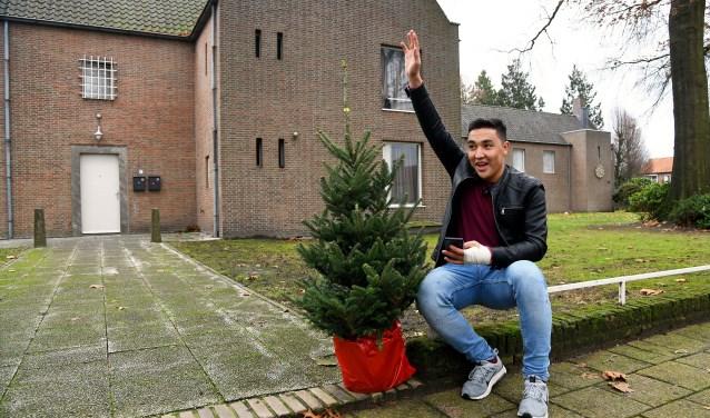 Ramazan voelt zich zichtbaar thuis in Reusel als hij een kerstboom heeft gescoord. Foto: Jan Wijten