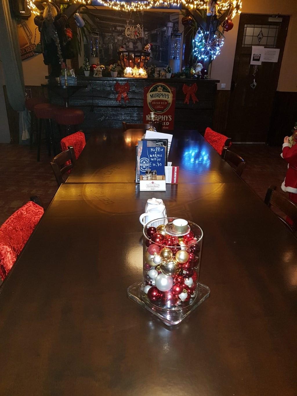 De meeste gasten van de stamtafel gaan wel iets gezelligs doen met Kerst. En kom langs op 31 december voor een (gratis) oliebol! Foto: Debbie de Geus © Persgroep