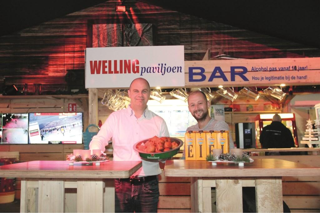 Peter Houthuijzen (links) samen met bedrijfsleider Jeroen Toussaint in het horecapaviljoen van de ijsbaan.