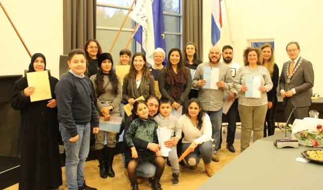 Burgemeester Janssen verwelkomt nieuwe Nederlandse burgers bij de naturalisatie.