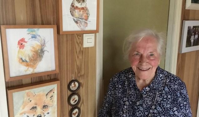 Joke van der Loo met op de achtergrond enkele schilderwerkjes van haar. (Foto: DFP)