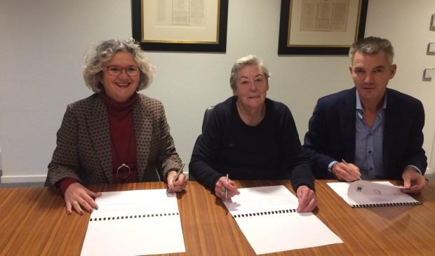 Van links naar rechts: wethouder Kirsten Jaarsma, voorzitter Huurdersbelang Truus Jorna en directeur-bestuurder Rob van den Broeke van QuaWonen.
