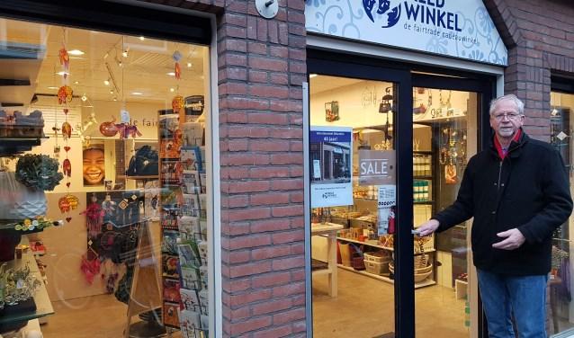 Voorzitter Ed Zwennis voor de winkel. FOTO: PR