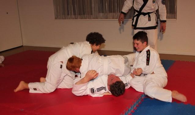 De leerlingen deden in groepjes van vier hun uiterste best om Jur Spijkers  te vloeren. (Foto: Ria Scholten)