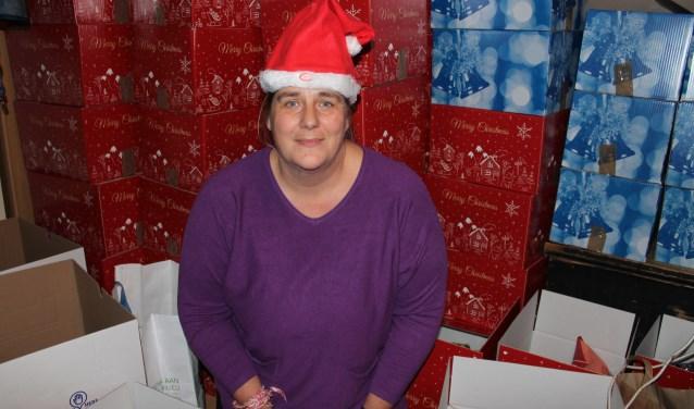"""Cedella van Deik tussen de kerstpakketten: """"Kijk eens wat voor moois je kunt bereiken met elkaar!"""""""