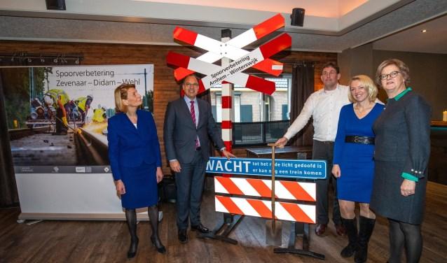 Conny Bieze (provincie Gelderland), Dorothé Wennekendonk (OV Regio IJsselmond), burgemeesters Ella Schadd-De Boer en Peter de Baat en Tjark de Vries (Strukton Rail) geven het startsein! (foto: PR)