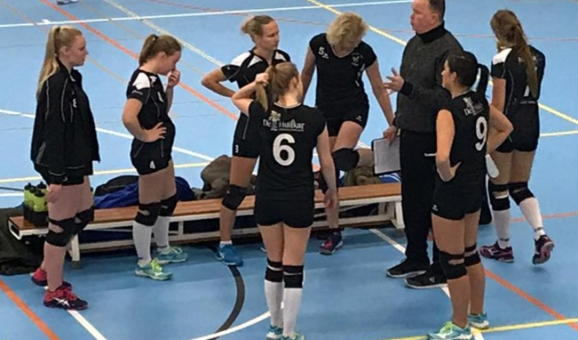Coach Wouter Bos zet de dames op scherp