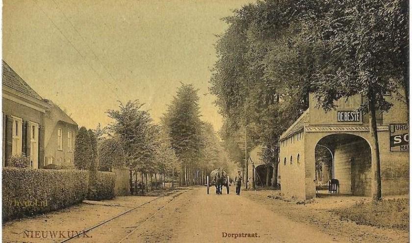 Tijdens de aanleg van de Provinciale Klinkerweg omstreeks 1850 werden er twee rijstallen gebouwd. De voorste is later afgebrand, de achterste is lang het kantoor van Van Mol-Pauwels geweest.