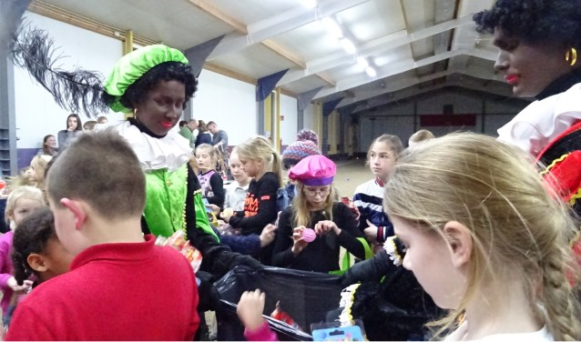 In de hal van Jeu de Boules vereniging L'Ammerzo werd het feest voortgezet. Daar ontvingen de kinderen ook allemaal een cadeautje.