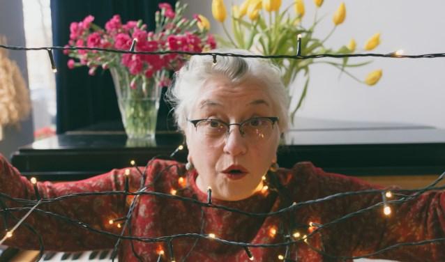 Tante Nino runt haar eigen 'huiskamer/theater/bioscoop/galerie/vergaderruimte/keuken' op het Noordereiland. (Foto: Caro Linares)