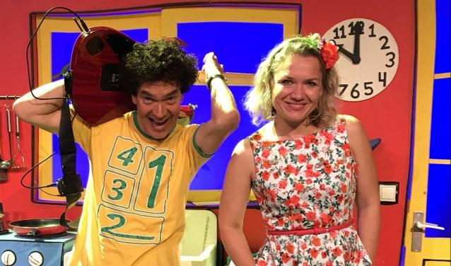 Dirk Scheele beleeft hele leuke en grappige avonturen met Joes en tante Viola. Ze zingen leuke en swingende liedjes, die kinderen kennen van YouTube en van het TV programma op Nickelodeon.