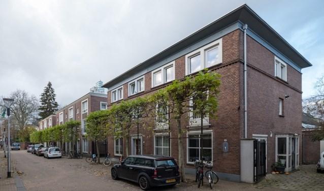 Deze woningen gebouwd in 1954 in drie afzonderlijke gebouwtjes zijn onlangs aangewezen als gemeentelijke monumenten.