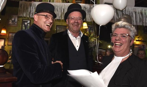 Lizette Oudijk van Cafeetje Heeeurlijk mocht in maart, onder toeziend oog van een Babs, het eerste huwelijk in haar café sluiten. Foto: Marianka Peters