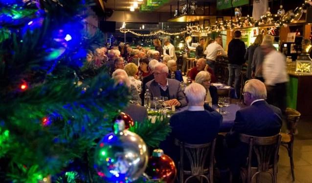 Een geweldig geslaagd Kerstdiner voor ouderen. 125 mensen hebben genoten van een heerlijke avond. Sponsoren, namens alle gasten; Bedankt! FOTO: Facebook Kerstdiner voor ouderen Benthuizen