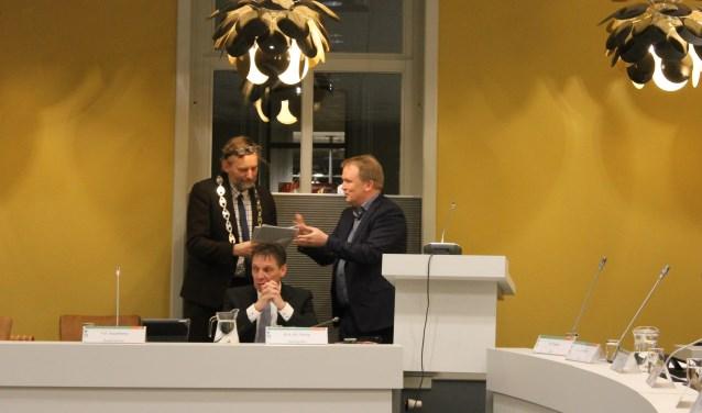 Guido Uland biedt burgemeester Anton Stapelkamp het rapport met ideeën en aanbevelingen voor de Visie Dinxperlo aan.