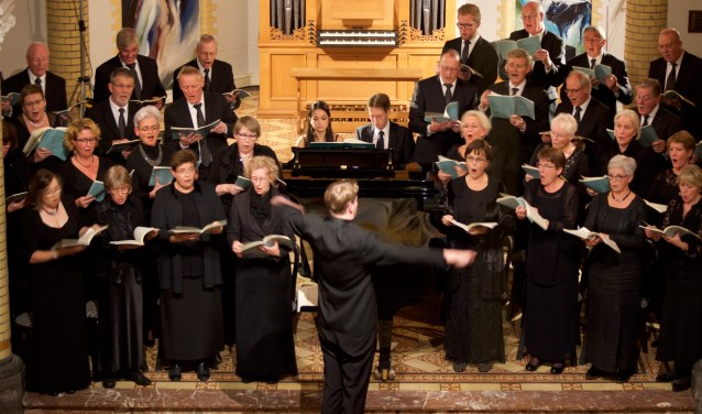 Voorafgaand aan het kerstconcert kunt u samen met het koor, gastzangers en dirigent Rick Muselaers een kerstlied instuderen.