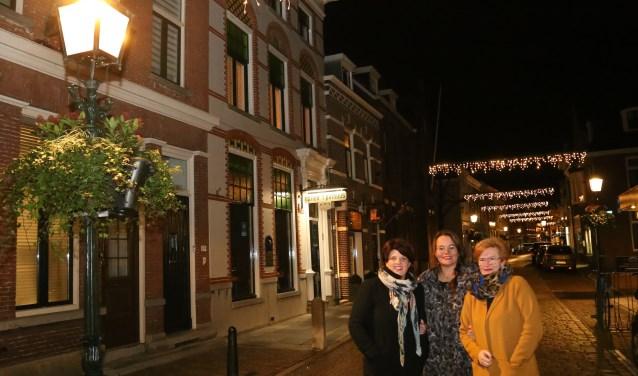 Anita Gademan, Aviva Schouten en Evelien van Tuijn namen het voortouw voor de lichtjesavond. (foto: Marco van den Broek)