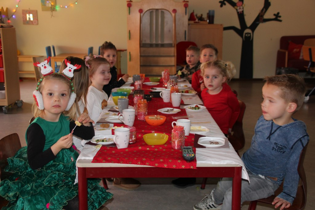 Prachtig gekleed en zelfs een kerstboompje aan tafel. Foto: Evi de Bruijn © Persgroep