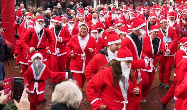 De Santa Run is altijd een uitbundig en sportief feest met dit jaar als toevoeging een wandeltocht (Foto: Cees Groen).