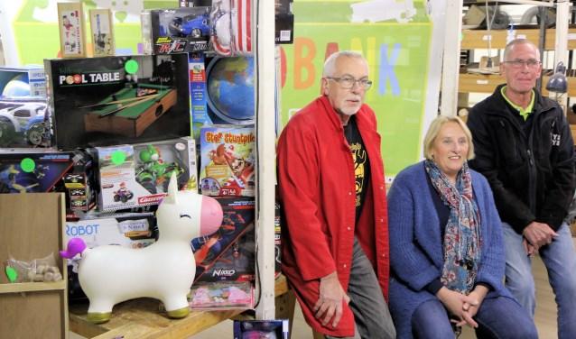 De Stichting Sleutelclub Kamerik heeft een grote hoeveelheid speelgoed ontvangen, die zij doorgaven aan Speelgoedbank Woerden. FOTO: Louis van Dam