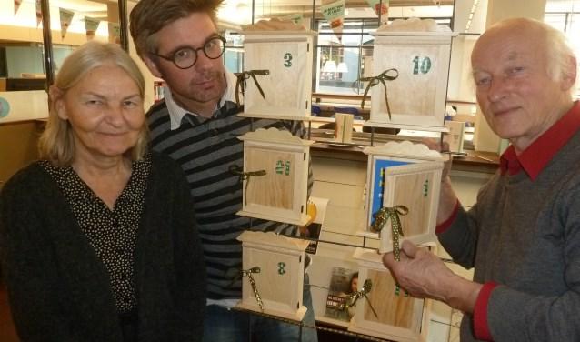 Schrijversharten - Martijn Adelmund, Laurens van der Zee, Annie van Gansewinkel - bij de kastjes met dierbare boeken van lezers in de bblthk Wageningen.