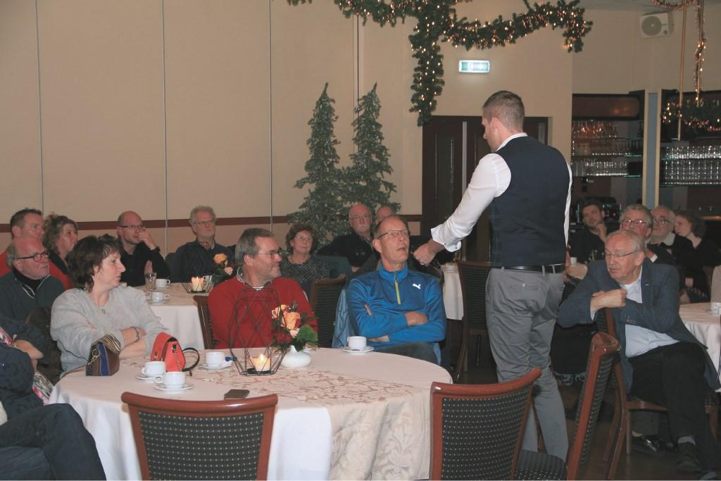 De gespreksleider van de informatieavond bij Wieleman geeft een bewoner van de Mosterdhof het woord.