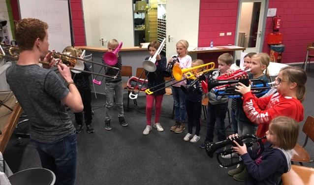 Een repetitie van SCHIK! in het clubgebouw van Eendracht Aalten.