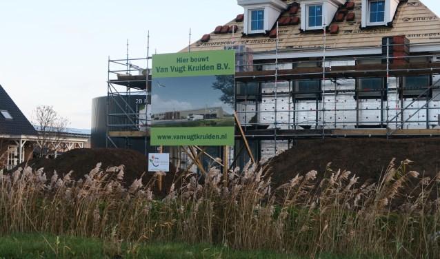Langs de Hoogzandweg is op de grens van de kassen met het industriegebied een nieuwe woning in aanbouw. (foto GvS)