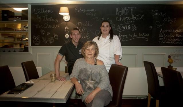 Hillie Walet (vooraan) samen met de beoogde nieuwe eigenaren Niels en Iris Erkens die Mon-Chouette willen overnemen.