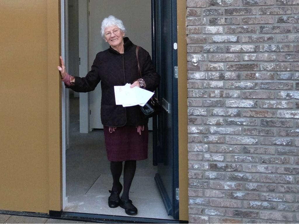 Mevrouw vedder Kok uit Elst heeft haar eerste post al bezorgd gekregen!  © Persgroep
