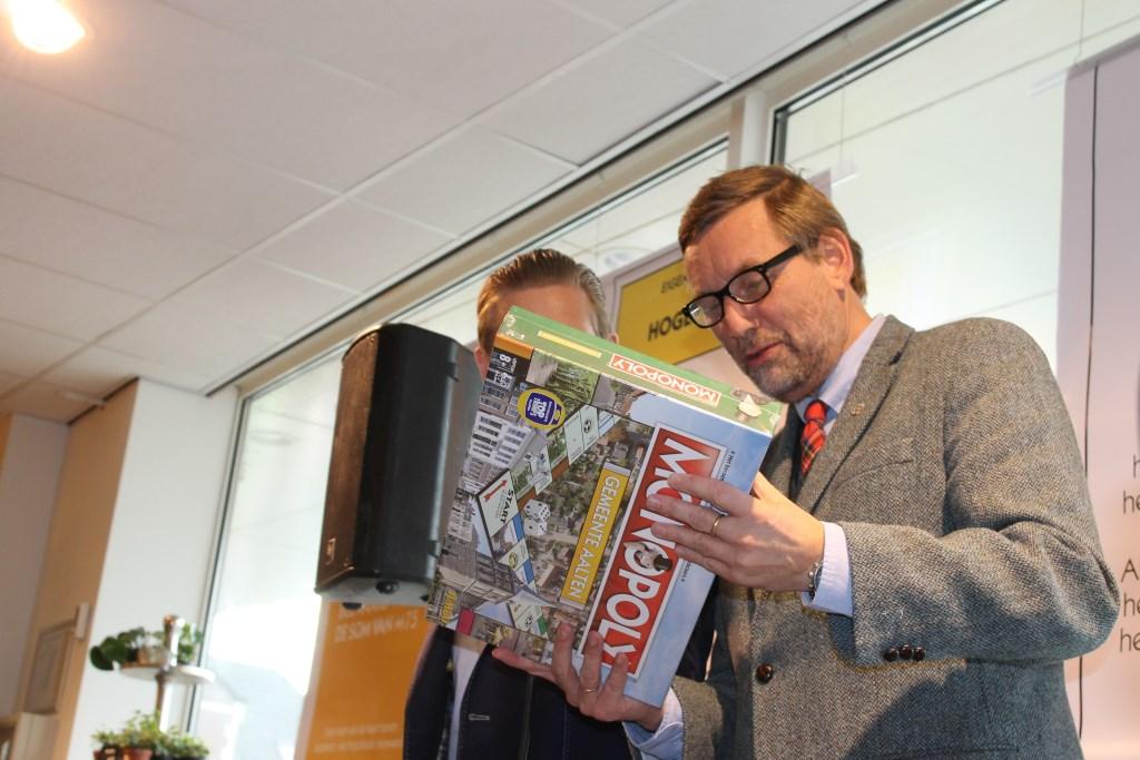 Burgemeester Anton Stapelkamp ontving het Monopolyspel van de Gemeente Aalten in de vestiging van Jumbo Leussink, Aalten.  Foto: Leo van der Linde © Persgroep