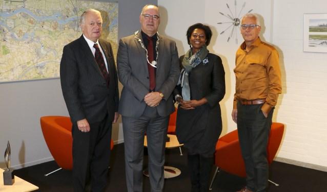 v.l.n.r.: Gemeentelijke ombudsman Gerard van Dijk, burgemeester Van Kooten, substituut Nationale ombudsman Joyce Sylvester en senior-klachtbehandelaar Nationale ombudsman Jan Prins.