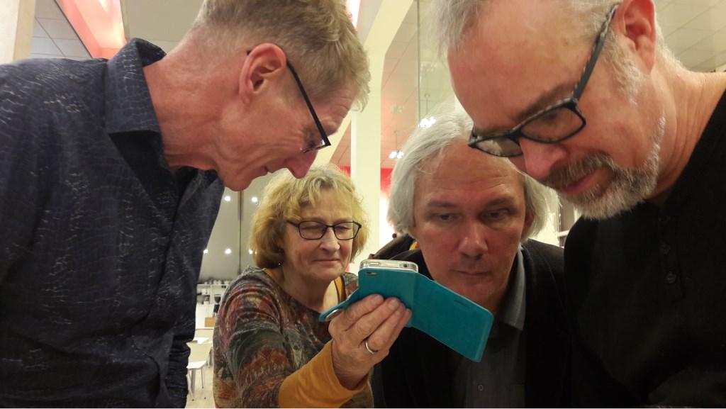 Zus Annelien Budding had nog een gesprokenboodschap voor de organiserende vrienden. Tweede van rechts Henk Johannes van den Heuvel. Foto:  © Persgroep
