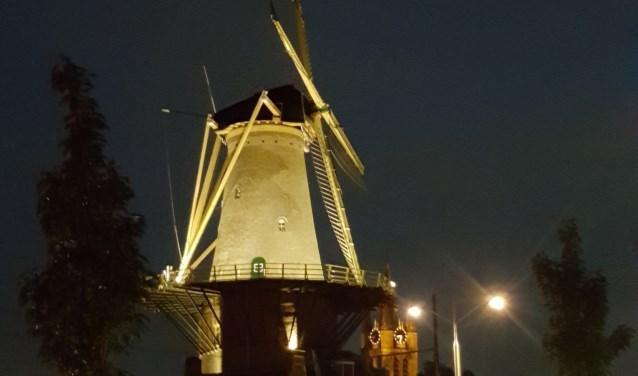 Delftse Molen de Roos is prachtig verlicht met de nieuwe led-verlichting.