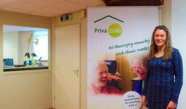Janneke de Jong in haar kantoor aan de Burgemeester Viezeestraat in Bleskensgraaf. Beleid, aansturing, administratie, alles gebeurt vanaf hier.