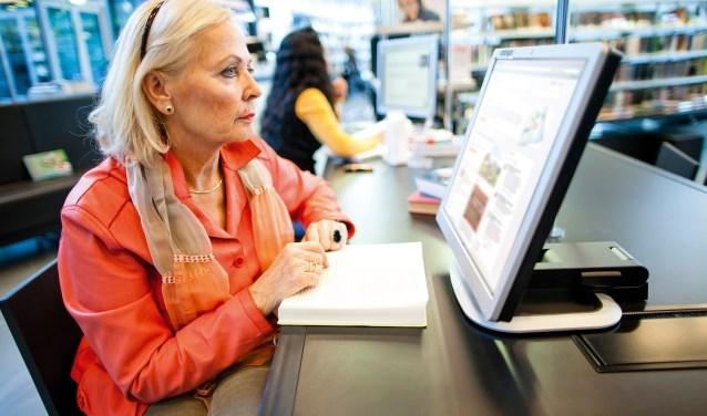 Bij de cursus leren deelnemers in eigen tempo om te gaan met het internet. Foto: Bibliotheek Rijssen-Holten.