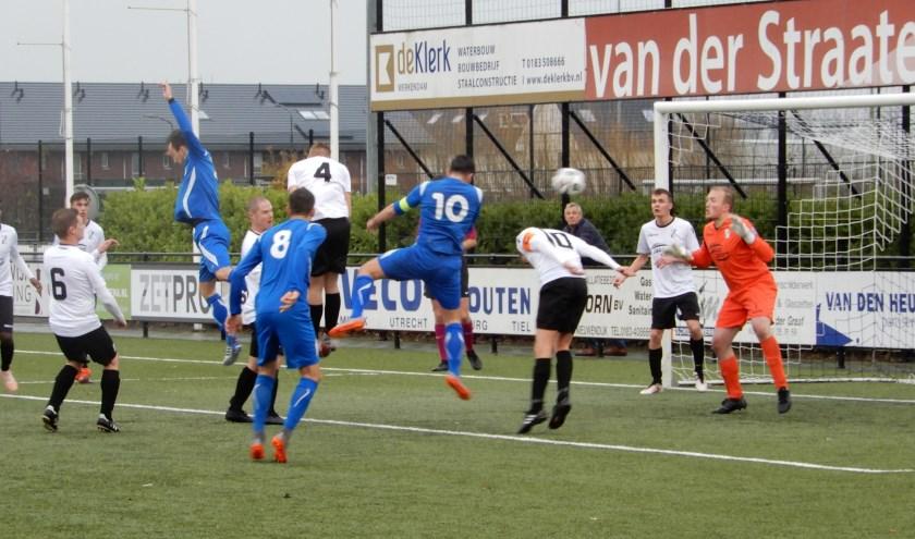 SV Capelle won de uitwedstrijd tegen koploper Sleeuwijk met maar liefst 1-7. Foto: MW Fotografie