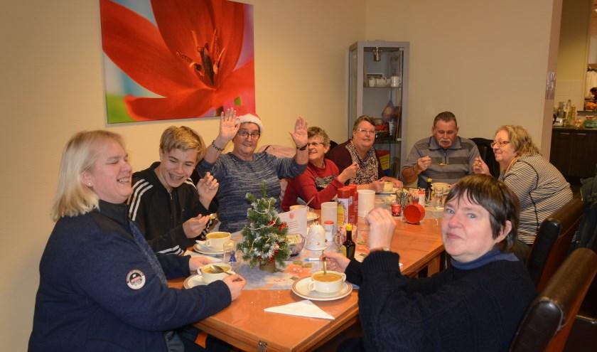 Koffieclub van het Leger des Heils in Zierikzee aan de soep. FOTO: Marieke Mandemaker