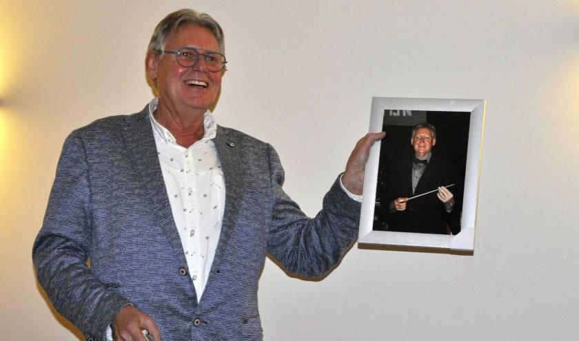 Hans Schippers kreeg onder meer een ingelijste foto van Crescendo bij z'n huldiging. De inwoner van Glanerbrug is benoemd tot eredirigent.