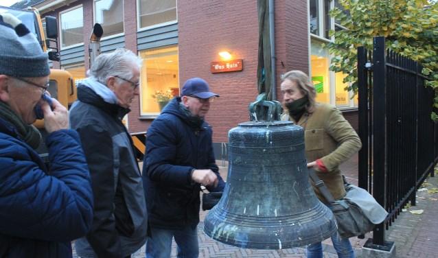 De oude klok is beneden en wordt rondom bekeken. Jan Dekker, voorzitter van het College van Kerkrentmeesters staat 2e van links. (foto: PR)