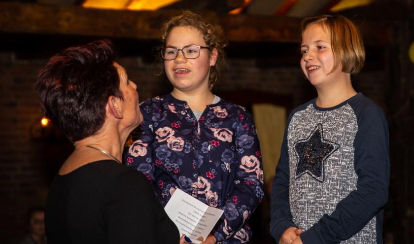 Priscilla (midden) en Loes (rechts) uit Rekken zijn lid van JuNiMo, de 'bijzonder gewone vriendenclub' uit Haaksbergen. Zij vertelden gastvrouw Jacqueline de Witte wat ze allemaal doen bij JuNiMo en waarom ze een donatie zo goed kunnen gebruiken.