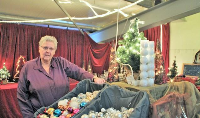 Hanneke den Besten mist even voor de foto, maar Loes de Ruiter is volop bezig de Kerstmarkt van de Kringloop weer sfeervol in te richten met kerstballen, verlichting en nog veel meer. Foto Dick Baas