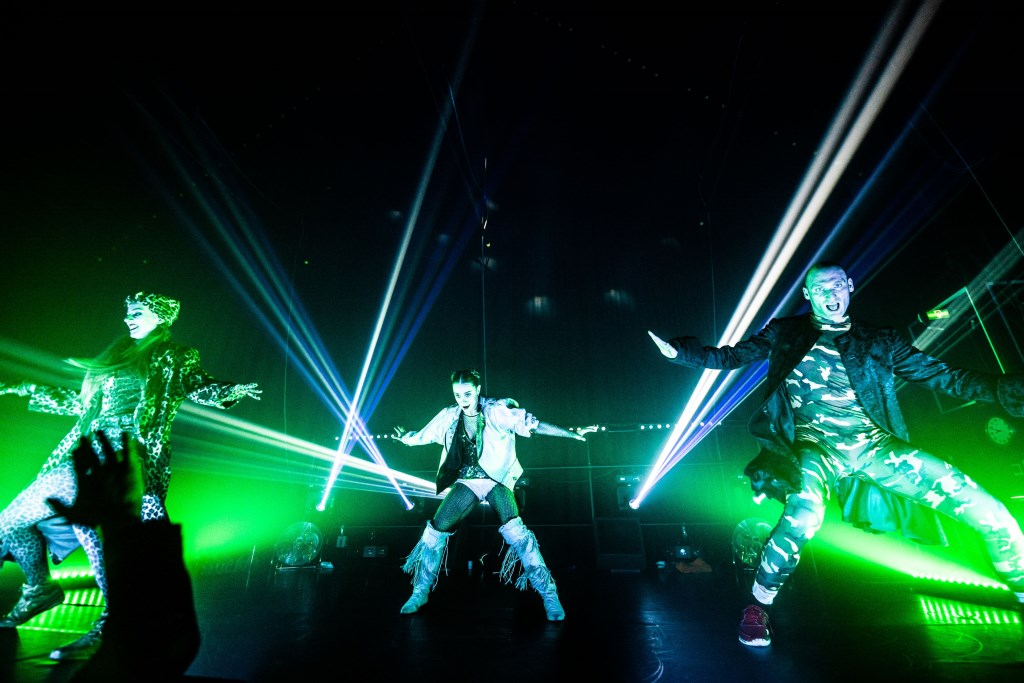 Dansvoorstelling als dance party maakt Podium Hoge Woerd twee uur lang een extravagante, overweldigende nachtclub Foto: Castellum © Persgroep