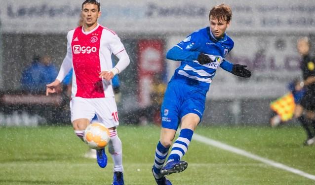Sepp van den Berg in actie tijdens de verloren thuiswedstrijd tegen Ajax, afgelopen zaterdag. Dusan Tadic kijkt toe.