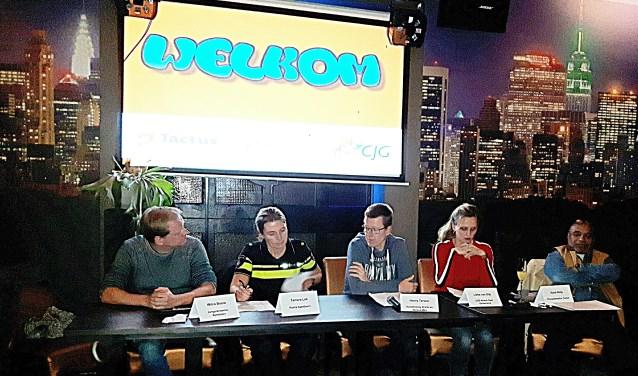 Het panel van de intractieve quiz in Lasersensation met een jeugdwerker, politie, gemeente, GGD en preventie Tactus.