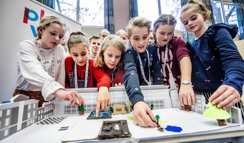 Kinderen van de Heuvellaanschool knutselen aan hun maquettes en kleurplaten. (foto Rob Voss)