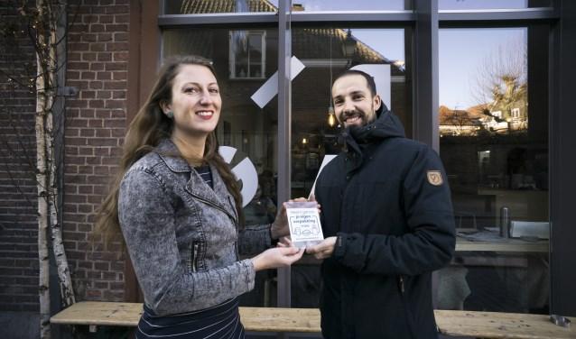 Initiatiefnemer Elisah Pals van Zero Waste Nederland heeft de eerste raamsticker persoonlijk aangeboden bij de lunchroom Yirga in Breda.